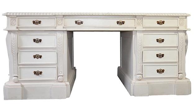 białe drewniane biurko do gabinetu w stylu prowansalskim