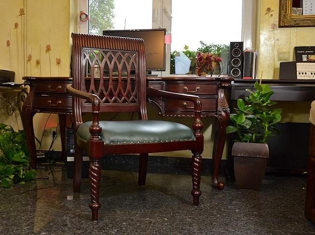 stylowy drewniany mahoniowy fotel gabinetowy z ekoskórą